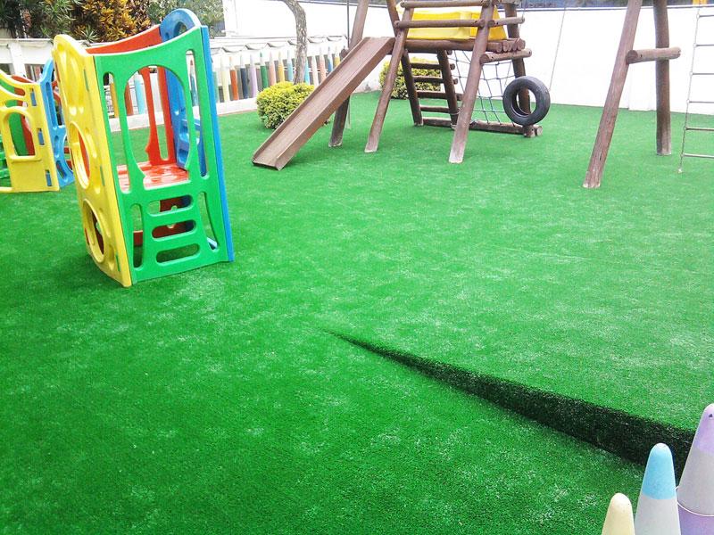 Gramado artificial decorativo em playground